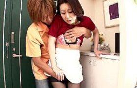 若い不倫相手との激しいSEXにハマる色っぽい専業主婦!藤咲沙耶