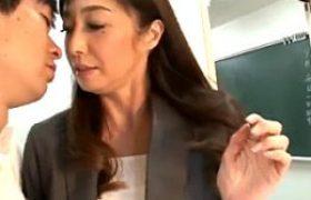 学校の廊下で男子校生のカレシに激しく突かれ大量ハメ潮吹き痙攣マジイキまくる美熟女教師w音羽文子