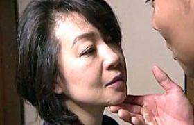 色っぽい義母が夫の連れ子に押し倒され服着たままのままビクビク痙攣!大沢萌