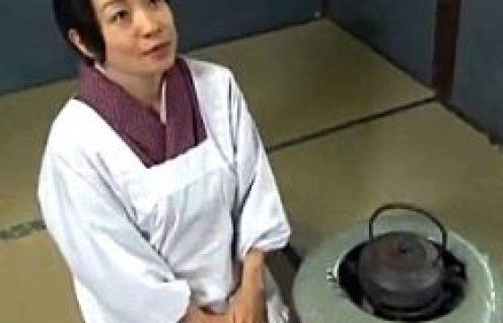 割烹着姿で掃除する熟妻が真昼間から夫に突かれピクピク痙攣。大沢萌