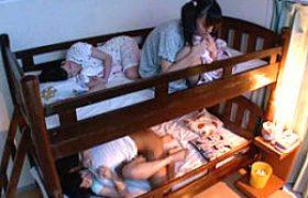 二段ベッドで寝ていた三姉妹がいとこに夜這いされハメ潮吹き痙攣!宇佐美なな・芹沢つむぎ・双葉みか