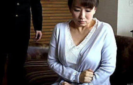 ポッチャリ中年女性母が年頃の息子に高速パコパコされ汗だくでビクビク痙攣イキまくり。吉井美希