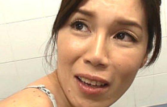 妖艶なオバサン母が息子の同級生に夜這いされ夫の隣でビクビク痙攣マジイキ。今宮慶子