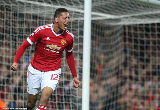 2CF1C10900000578-3255374-Smalling_who_impressed_for_United_celebrates_after_given_his_sid-a-58_1443644435605