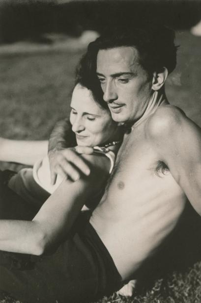 photo du Peintre Dali et sa femme Gala assis dans l'herbe