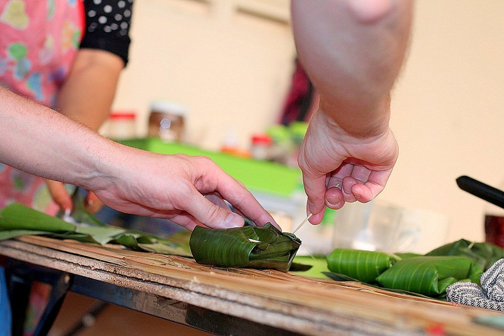 Ann's cooking class - Khao Tom Mad - sweet sticky rice with black beans - wrapping process