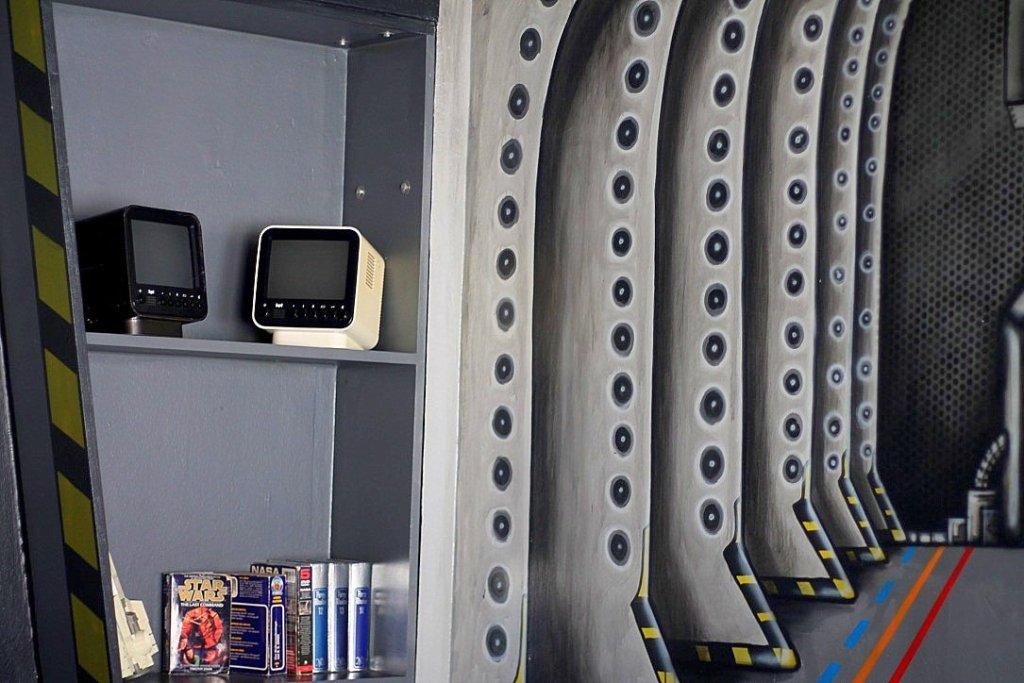 juri-room-spaceship-theme-die-wohngemeinschaft-hostel