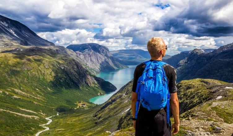 andando entre montañas