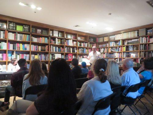 Asdrúbal Hernández, fundador del sello Editorial Sudaquia presenta a las escritoras invitadas.