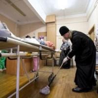 Mitropolitul ortodox care spală regulat saloanele unui spital… Aflați de ce! FOTO