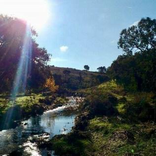 Het riviertje dat over het land stroomt