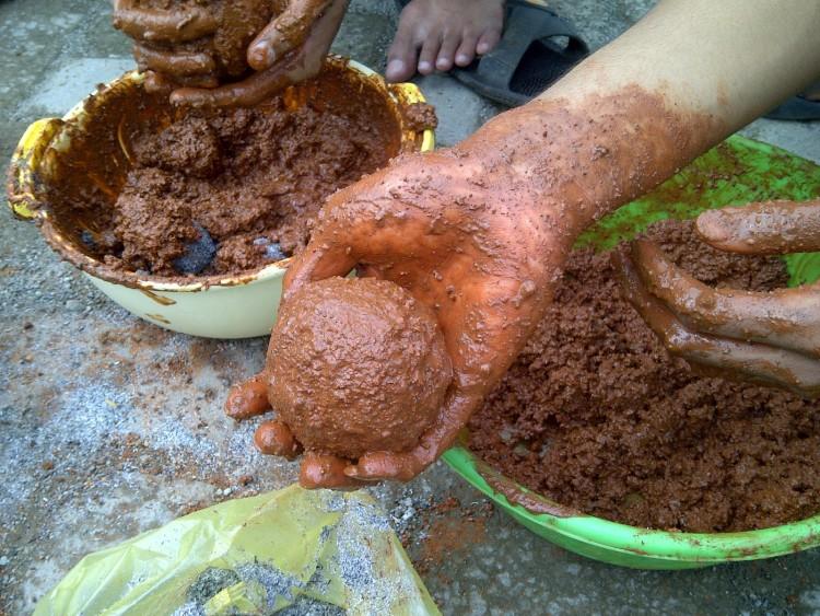 Pembuatan telur asin dengan lumpur pasta