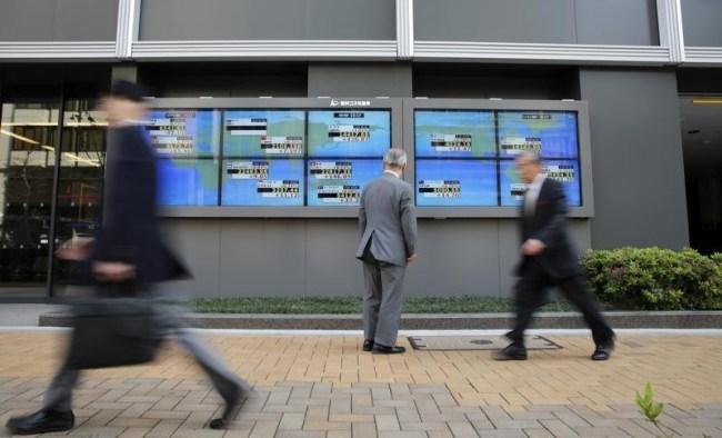 1月7日、日本株やドル/円が反発し、リスクオフは一服している。ギリシャ総選挙を控えているほか、原油価格の下落が続いているものの、押し目買いが入り自律反発した格好だ。写真は、都内の株価ボード、2014年撮影(2015年 ロイター/Toru Hanai)