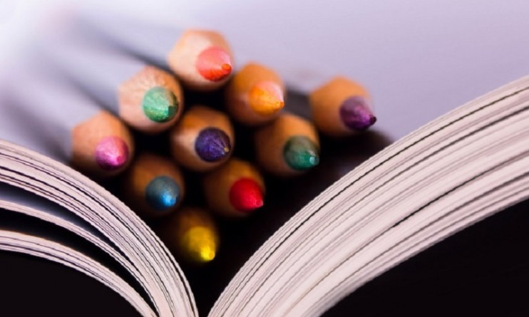 macro-book-pencils-photo-694x417