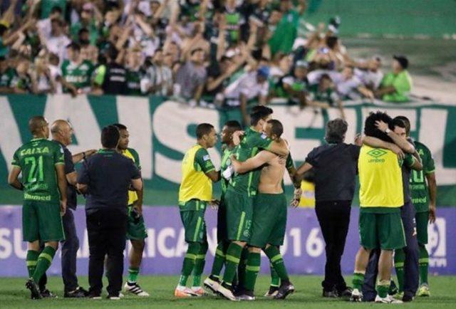 ブラジルサッカーチームを載せた飛行機が墜落