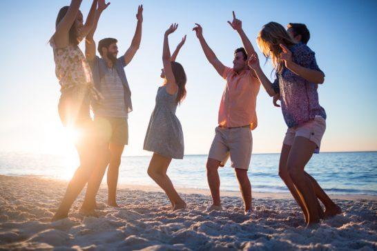 海辺で遊ぶ若者