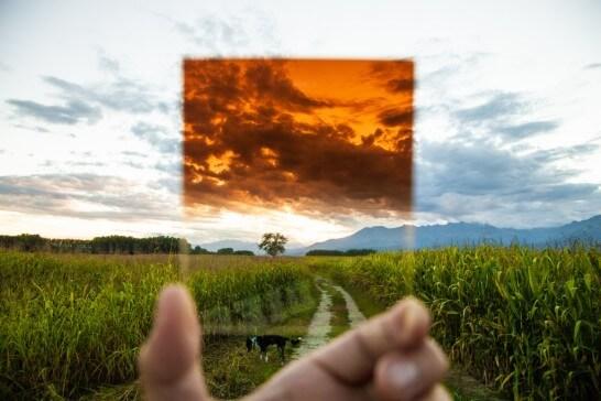 草原の道にかざしたガラス