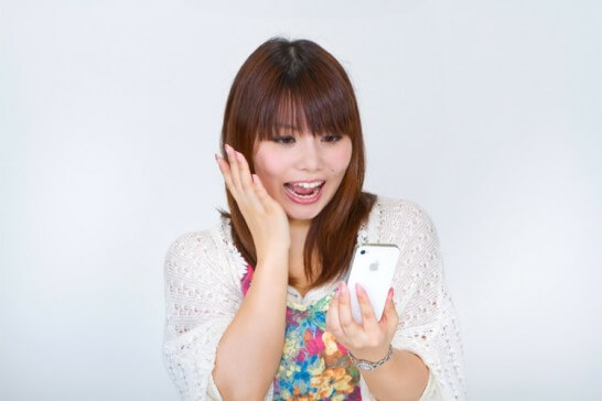 iPhoneを見る女性