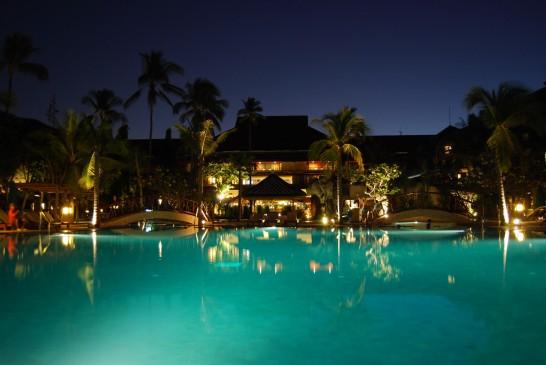 ホテルの夜のプール