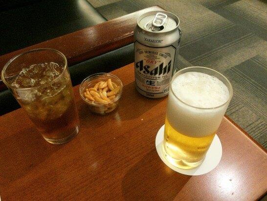 成田空港のラウンジ「IASS EXECUTIVE LOUNGE」のビール・お茶・柿の種