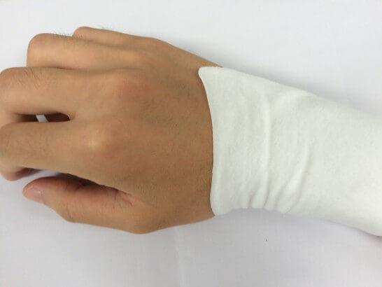 湿布を貼った手首