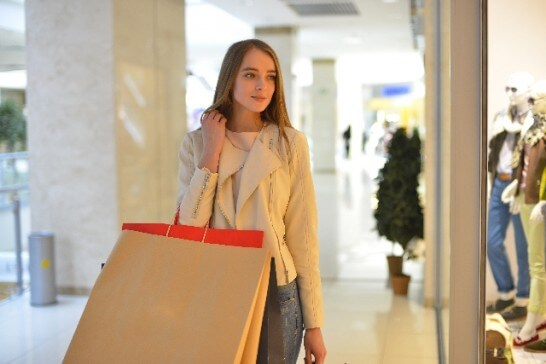 ショッピングする外国人女性