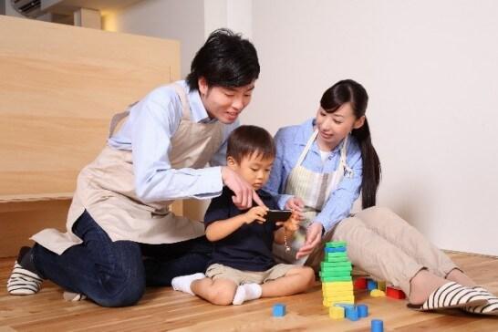 ブロックで遊ぶ家族