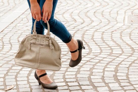 バッグと女性の足