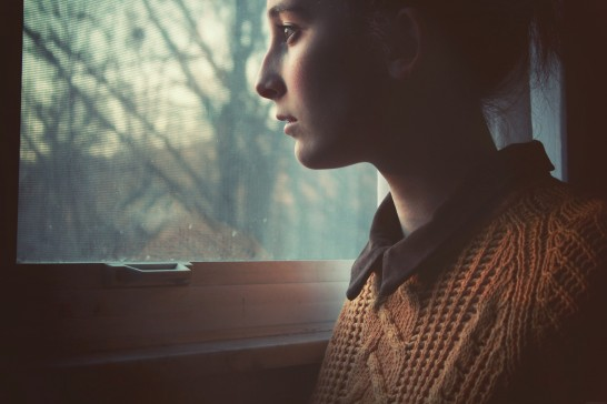 窓から外を見る人