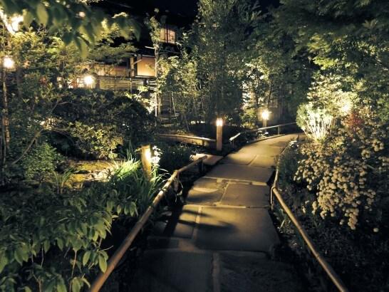 旅館の夜道