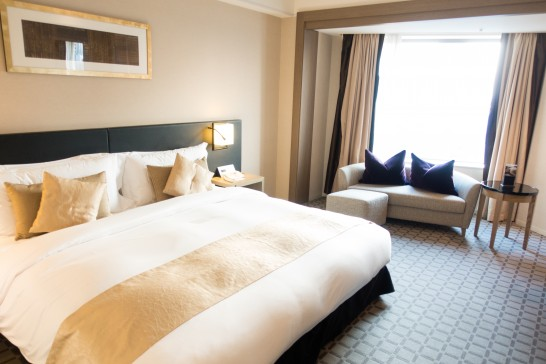 ホテルのキングサイズのダブルベッド