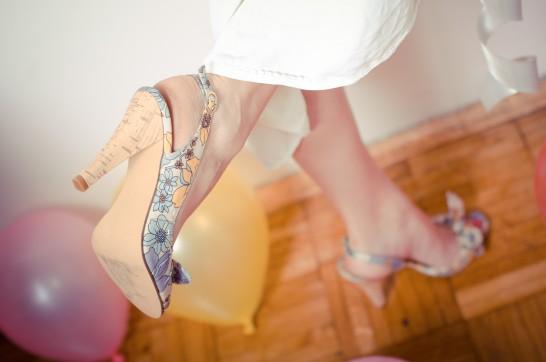 軽やかにステップする女性の脚