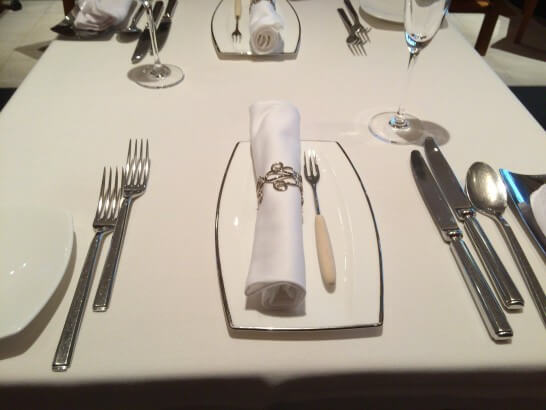 LES ROSIERS EGUZKILORE(レ ロジェ エギュスキロール)のテーブル