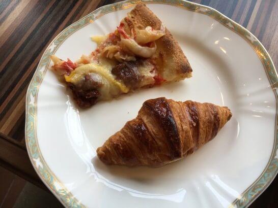 クロワッサンとピザ