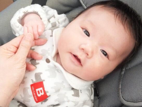 手を取り見つめる赤ちゃん