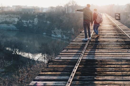 橋と2人の男性