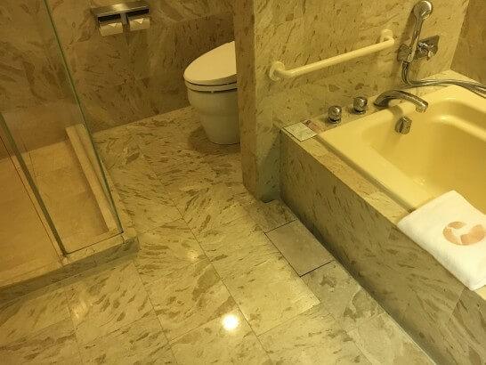 ホテルオークラ東京ベイのデラックスルームのバスルーム