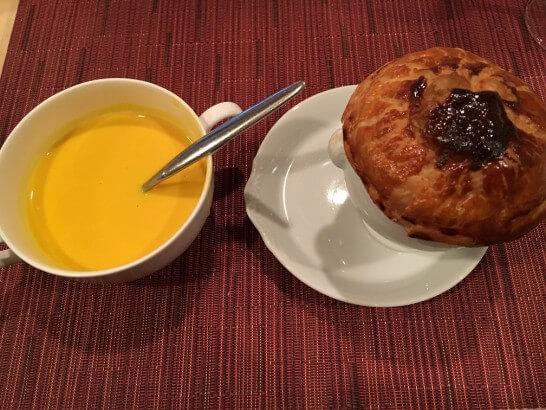 レストランフォンタナのスープと牛肉のパイ包み
