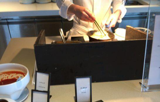 ヒルトン小田原の朝食のオムレツをコックさんが作るシーン