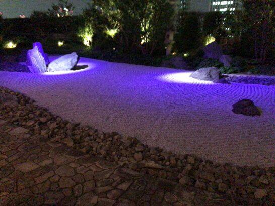 セントレジスホテル大阪の日本庭園の夜景