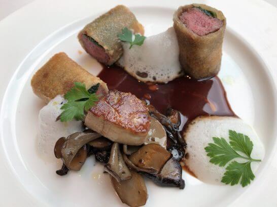 牛フィレ肉とホウレン草のブリック包み焼き フォアグラと茸のソテー ベーコンの泡 赤ワインソース