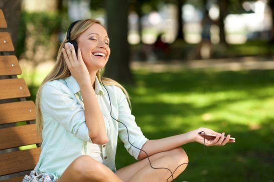 音楽を聞く外国人女性 (1)