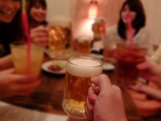 ビールで乾杯する女性達