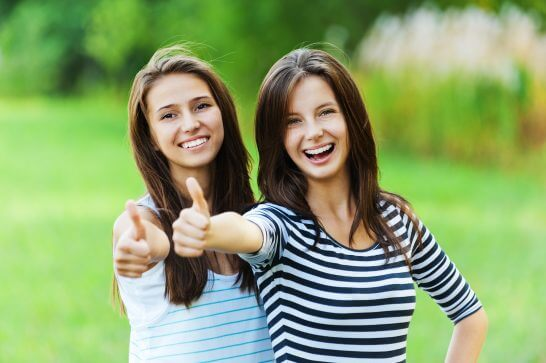 いいね!というポーズをとる2人の女性