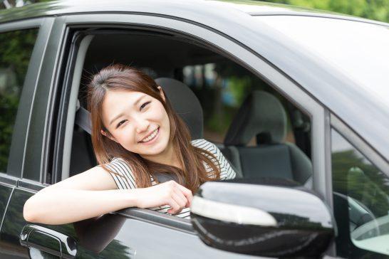 自動車でドライブする女性