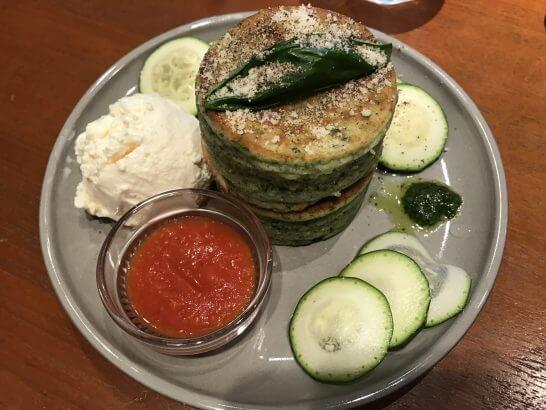signのグリーンパンケーキ トマトバジルソース
