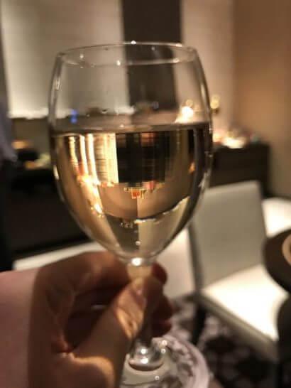 東京マリオットのエグゼクティブラウンジの白ワイン