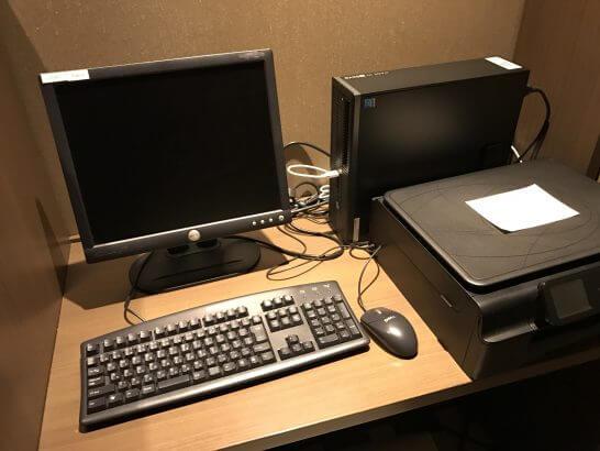 東京マリオットホテルのエグゼクティブラウンジのパソコン