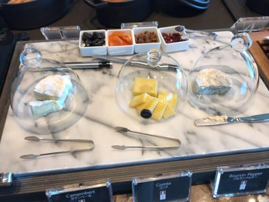 ザ・プリンスギャラリー 東京紀尾井町のクラブラウンジの朝食 (チーズ)