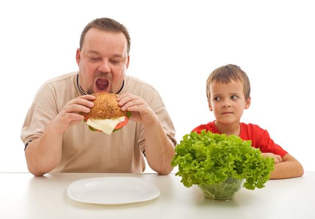 папа и мальчик_здоровая еда